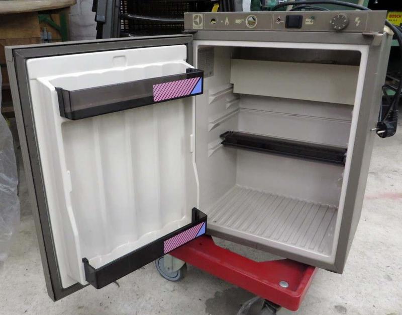 Das Offroad Forum: V: Electrolux Camping-Kühlschrank 12V/220V RM180H